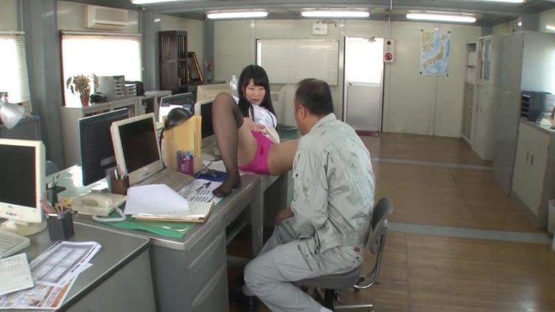 リストラ間際のオジサン社員に奇跡!!若返るほど勃起するソソる女上司がやって来た!パンチラ見ながら仕事もはかどる!勃起チ○ポをおさえて頑張っているオジサンにボーナスFUCKで、やる気が120%だ!