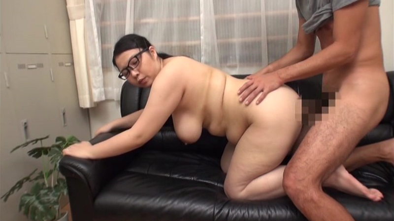 コンビニでパートをするメガトン巨乳のメガネ主婦 高光さん26歳