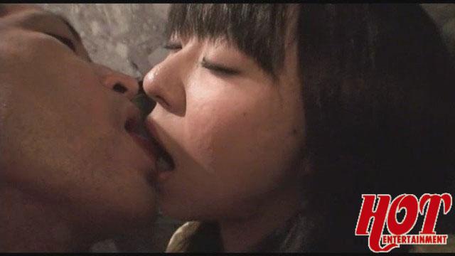 【エロ動画】居酒屋で飲んでいるカップルの彼氏の隙を狙って彼女をナンパ! ずぽっと挿入 どぴゅっと中出し!のエロ画像1枚目