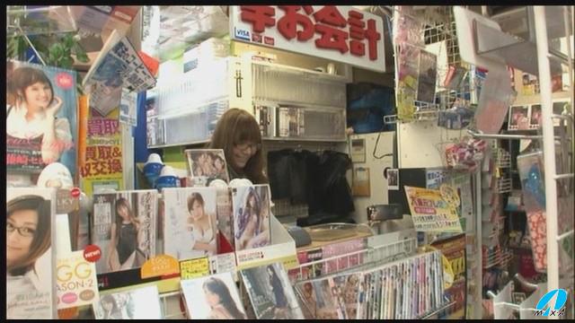 【エロ動画】AVを見ようと思ったら店員がRioのエロ画像1枚目
