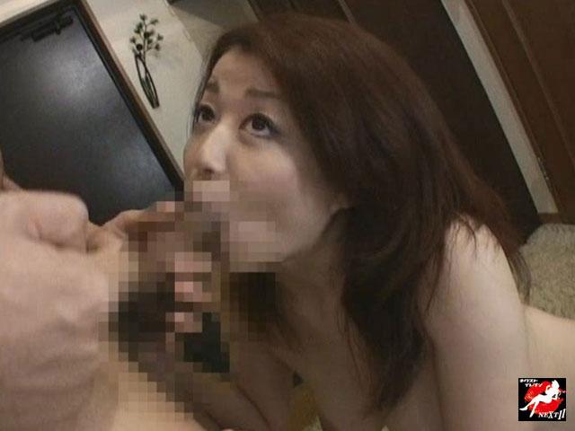 【エロ動画】変態奥様玄関露出のエロ画像1枚目