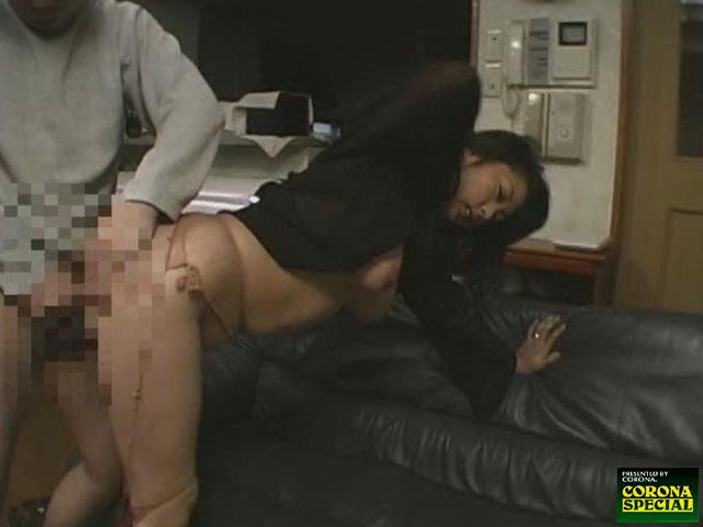 エロ動画、巨乳人妻レイプ!! 「犯されても潮を吹く」輪姦されて悶えて燃える淫らな熟れた人妻の表紙画像