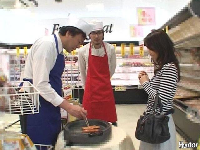 【エロ動画】スーパーマーケットの試食コーナーで夕食の買い物に来た超美形若妻に媚薬入りソーセージを食べさせてムラムラさせて挿すのエロ画像1枚目