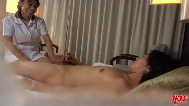 【エロ動画】出張マッサージの美熟女にセンズリ見せつけ猥褻 5のエロ画像1枚目