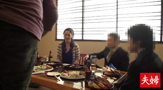 【エロ動画】借金返済の為に知人の新年会にて強制ストリップさせられた人妻|這いよれ!スリラー女子さん-エロ動画-