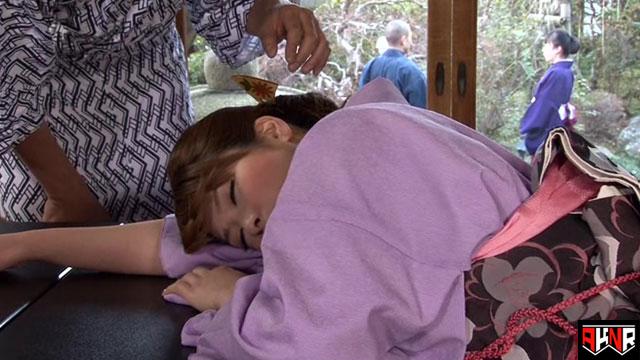 【エロ動画】うたた寝している温泉宿の美人若女将に欲情してしまった俺のエロ画像1枚目